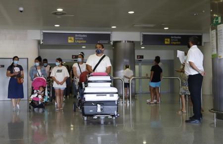 Urlauber im Flughafen von Mallorca.