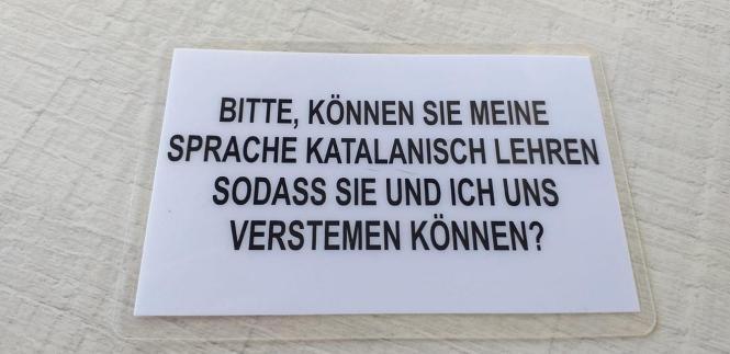 Mit diesem Schild will ein Anwohner aus Manacor deutsche Residenten zum Katalanisch-Lernen auffordern.