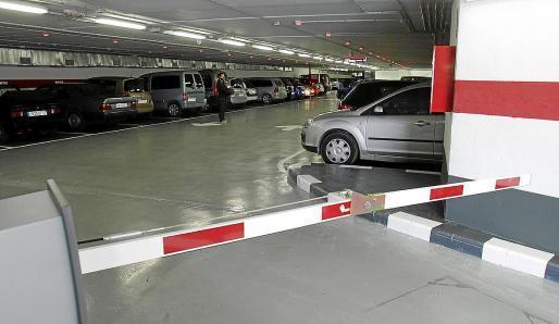 Oft die einzige Möglichkeit, sein Auto abzustellen: Ein Mietparkplatz. Die städtischen Stellplätze sind besonders begehrt, doch die Wartelisten lang.