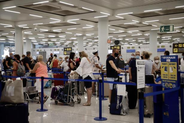 Urlauber im Flughafen von Palma de Mallorca.
