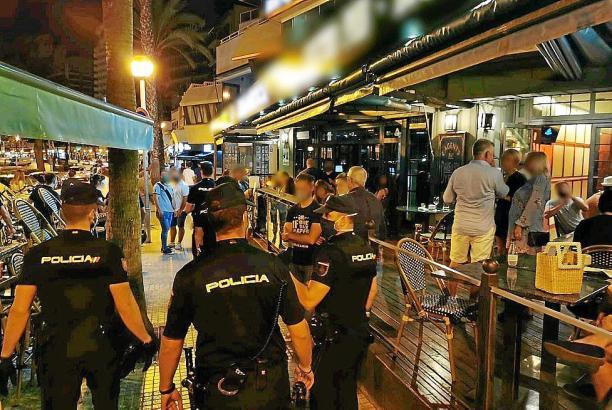 Polizisten neben einem Lokal auf Mallorca.