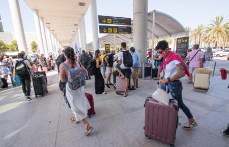 Reisende am Flughafen von Mallorca.