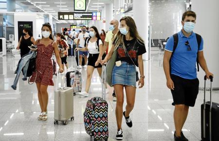 Tausende Urlauber kommen in diesen Tagen nach Mallorca – viele von ihnen sind verunsichert, weil das Auswärtige Amt von Reisen in andere spanische Regionen abrät.