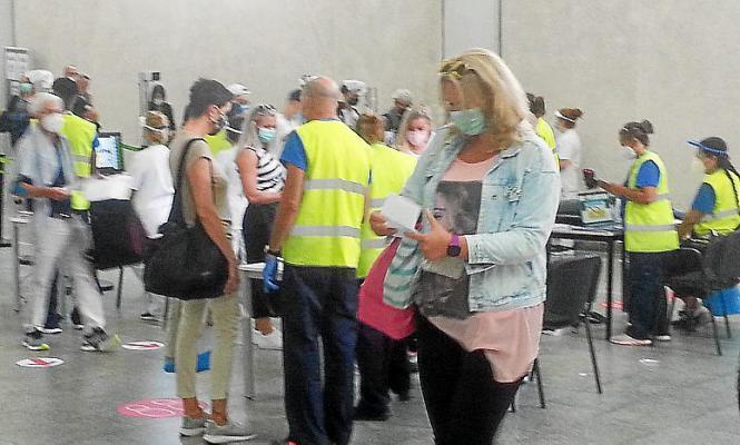 Gesundheitskontrollen im Flughafen von Mallorca.