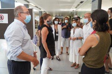 Bei dem Besuch eines Krankenhauses in Mahón wurde Ministerin Gómez von regierungschefin Armengol begleitet.