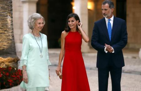 Altkönigin Sofía, Königin Letizia und König Felipe VI. im vergangenen Jahr im Almudaina-Palast.