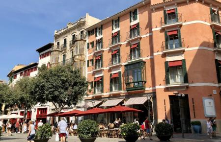 Boutique-Hotels wie dieses an der Plaza Cort (Archivbild) sind auch bei spanischen Touristen beliebt.