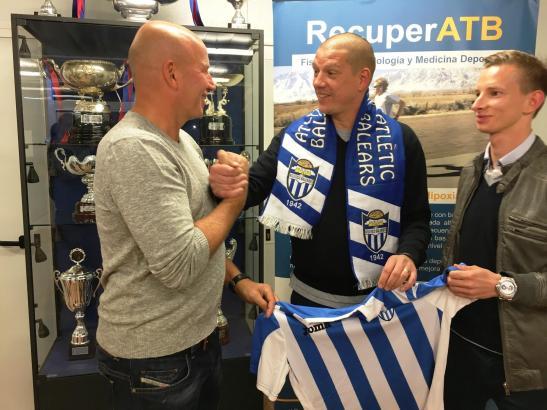 Auch der einstige deutsche Nationalspieler Christian Ziege war mal Trainer von Atlético Baleares (Ende 2015 bis März 2017). Das Bild zeigt ihn (M.) mit Club-Boss Ingo Volckmann (l.) und Atlético-Sportdirektor Patrick Messow.