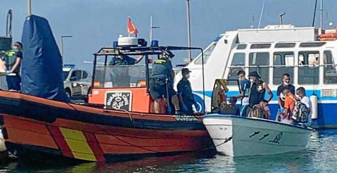 """Eine """"Patera"""" samt Insassen im Schlepp eines Bootes der Guardia Civil auf Mallorca."""