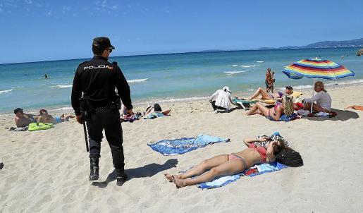 Polizist an der Playa de Palma.