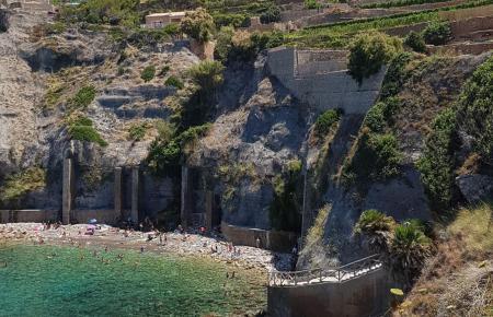 Vor Traumkulisse ins türkisfarbene Wasser springen, das bietet die Bucht von Banyalbufar.