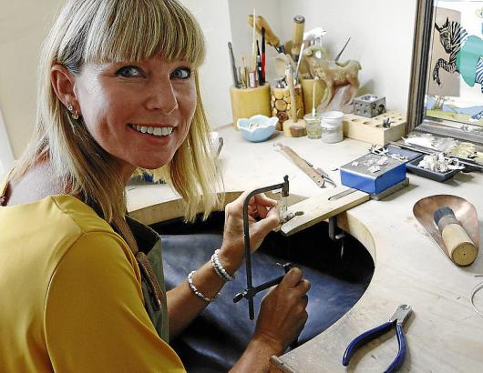 In ihrer Werkstatt feilt Kolbe an den letzten Details ihrer kleinen Kunstwerke aus Gold und Silber.