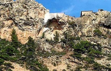 So sieht die Felswand von unten aus.