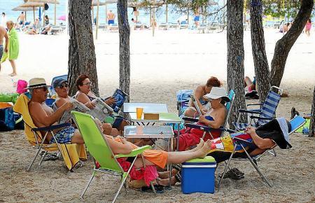 Ein gewohntes Bild in diesen Tagen an den Playas von Mallorca – die Kühlbox darf natürlich nicht fehlen.