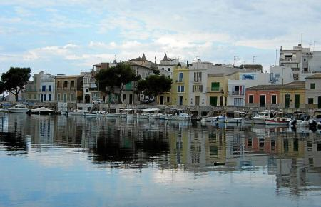 Das Bilderbuchdorf Portocolom liegt an einer malerischen Bucht.