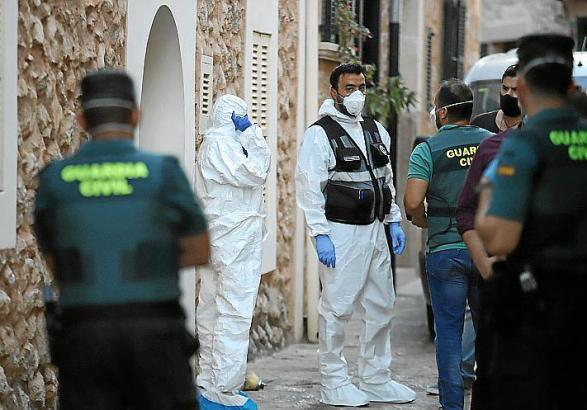 Polizisten im Einsatz vor dem Haus , in welchem die Toten gefunden wurden.