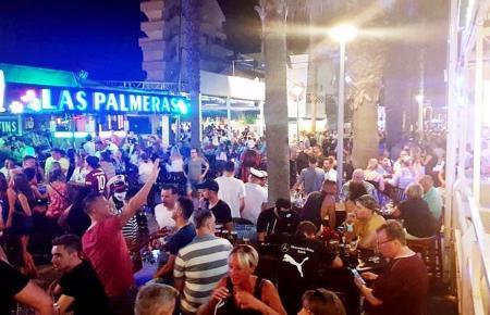 """Menschenansammlung vor dem """"Las Palmeras"""" im Juli."""