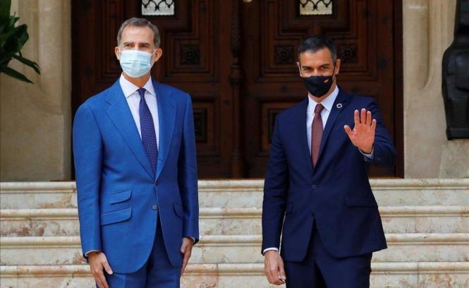 Felipe VI. und Pedro Sánchez vor dem Marivent-Palast.