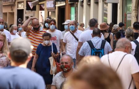 Maskenträger im Zentrum von Palma de Mallorca.