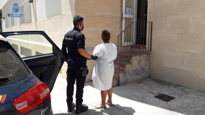 Festgenommene Taschendiebin an der Playa de Palma.