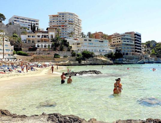Der 200 Meter lange und 80 Meter breite Sandstrand ist die Hauptattraktion von Cala Mayor.