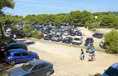 Archivbild von parkenden Autos nahe dem Es-Trenc-Strand.