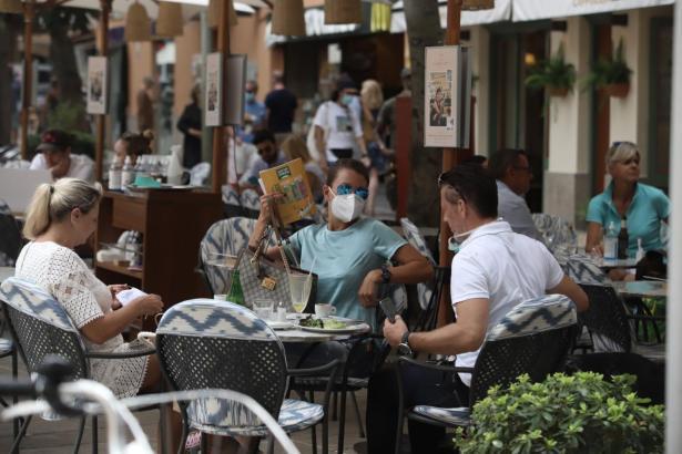 Die Maske ist auf Mallorca pflicht – allerdings darf man sie im Café absetzen.