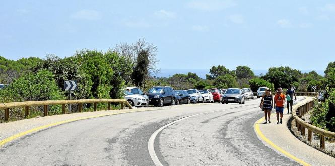 Parkende Autos am Samstag vor der Cala Varques.