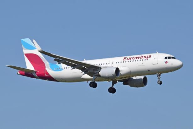 Blick auf einen landenden Eurowings-Airbus.