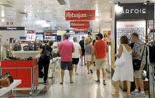 """Sowohl die Kaufhauskette """"El Corte Inglés"""" (u.) als auch die kleinen Geschäfte versuchen derzeit mit Preisnachlässen die Kunden zu locken."""