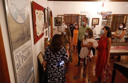 Die Tasche des Anstoßes trug Letizia (rotes Kleid) bei ihrem Besuch in Petra.