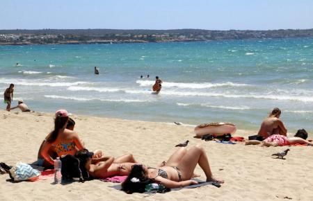 Badende an der Playa de Palma.
