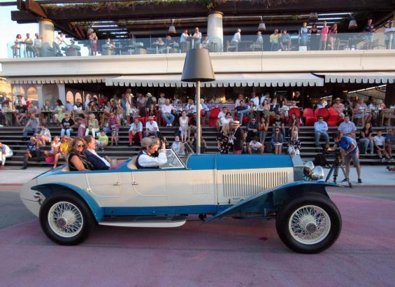 Wenn die alten Autos ihren Auftritt hatten, kamen stets zahlreiche Zuschauer nach Port Adriano.