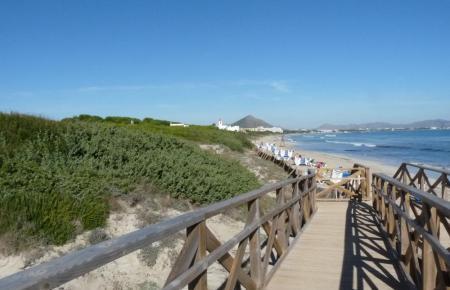 An der Playa de Capellans ist wieder Badespaß möglich.