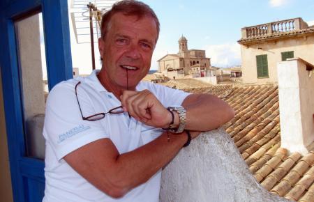 Von der Terrasse seines Stadthauses in Llucmajor aus kann Mario von Jascheroff auf die Kirche Iglesia de San Miguel gucken.