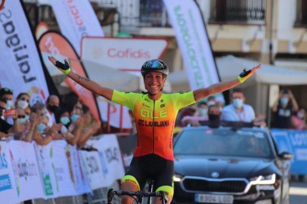 Sie hat den Titel! Jubelnd fährt Mavi García über die Ziellinie.