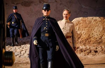 """Johnny Depp und Mark Rylance (r.) in einer Szene von """"Waiting for the Barbarians""""."""