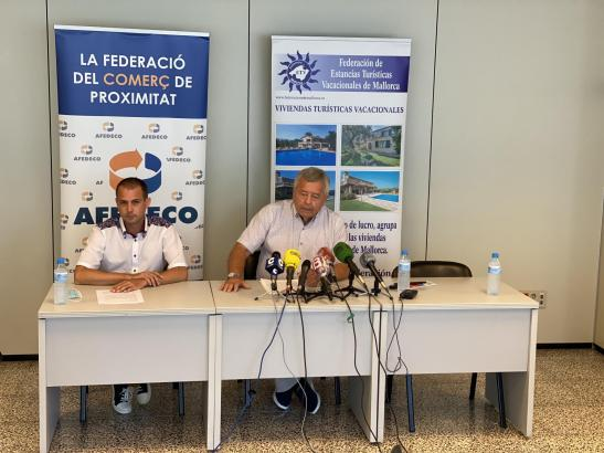 Jordi Cerdó (rechts) hielt gemeinsam mit dem stellvertretenden Geschäftsführer des Vermietungsportals Fincallorca, Benjamin Schleining (links), eine Pressekonferenz ab.