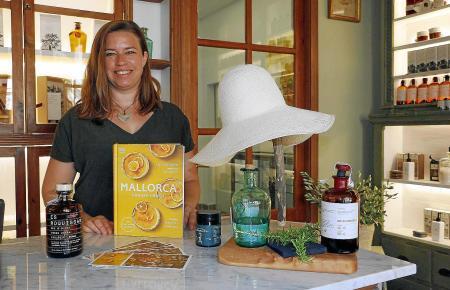 In der kürzlich eröffneten Botiga de Son Moragues in Valldemossa kann man das Kochbuch kaufen oder auch eine signierte Version bestellen. In dem Concept Store lässt es sich auch wunderbar nach Oliven, Gin und Lifestyle-Produkten von der Insel stöbern.