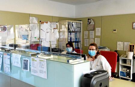 Wer krank ist, sollte unbedingt vorher im Ärztezentrum anrufen und nicht einfach dort erscheinen.