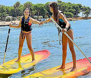 Saray (l.) und ihre Freundin Delphi in Santa Eulària beim Stand-up-Paddling.