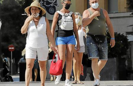 Wer draußen in öffentlichen Bereichen raucht, muss künftig zahlen.