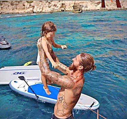 Sergio Ramos spielt im Wasser vor Cala Blava mit einem seiner Kinder.