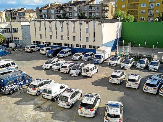Kaputte Streifenwagen auf einem Polizeiparkplatz in Palma.