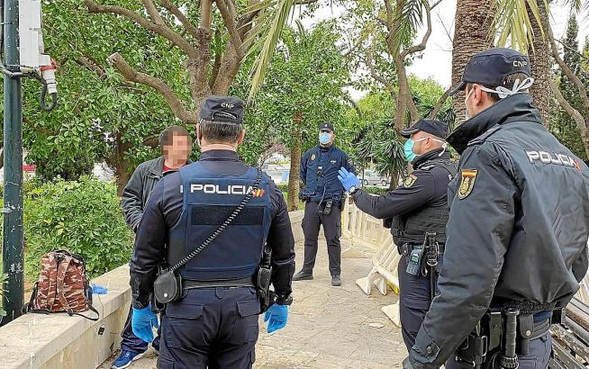 Im Frühling war es üblich, dass Polizisten renitente Bürger anwiesen, nach Hause zu gehen.