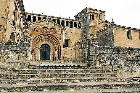 Die Stiftskirche von Santillana del Mar in Kantabrien.