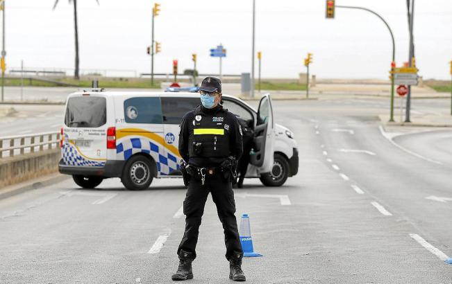 Gesperrte Straße auf Mallorca zur Zeit des Alarmzustandes.