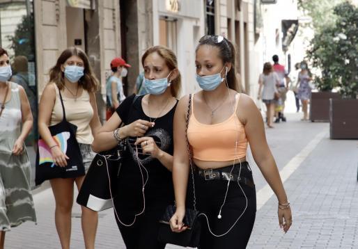 Maskenträgerinnen im Zentrum von Palma de Mallorca.