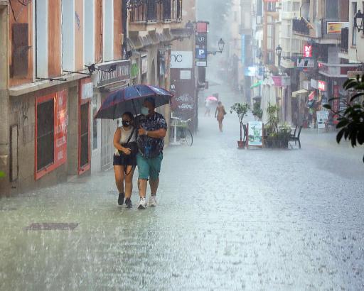 Ein Regenschauer sucht Palmas Fußgängerstraße Oms heim.
