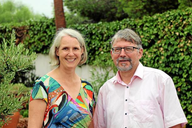 Das neue Pfarrehepaar Martje Mechels (51) und Holmfried Braun (52) hat sich zusammen mit Tochter Mia (16) und Hund Trudi schon gut im neuen Zuhause in Palma eingelebt.